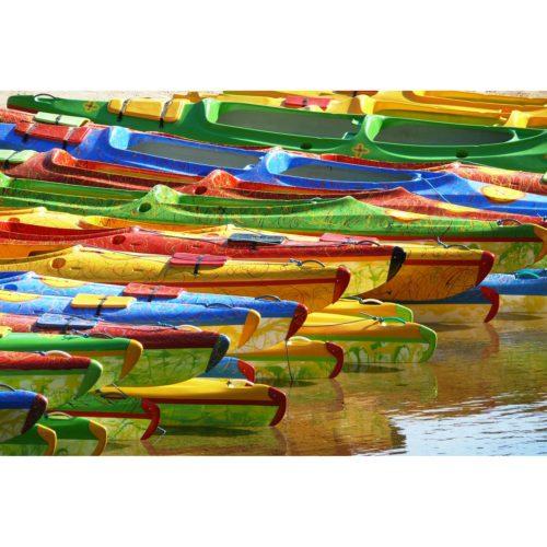 bunte Kanus am Wasser