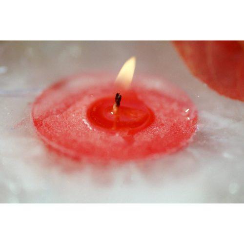 brennende Kerze in Eis