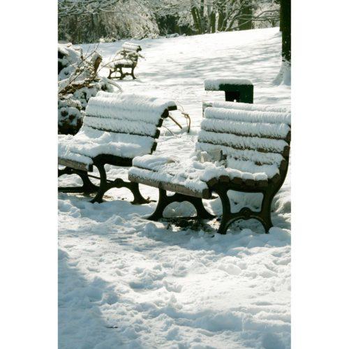 Zwei Bänke im Schnee